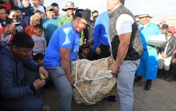 Бөхчүүд Г.Дэмүүл арслангийн өргөсөн чулууг өргөж өрсөлджээ