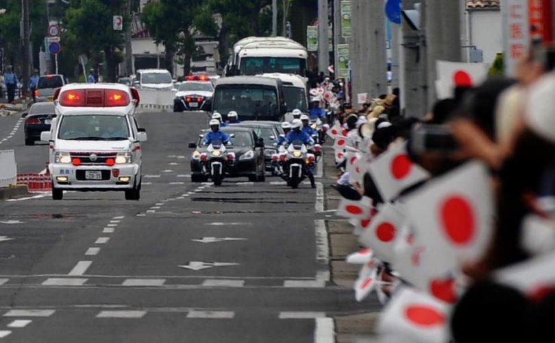 Японы эзэн хааны цуваа түргэний машинд зам тавьж өгчээ