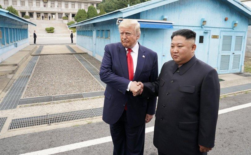 """Трамп, Кимийн уулзалтыг """"түүхэн"""" хэмээн тодорхойлжээ"""