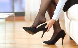 Ажлын байран дээр өсгийтэй гутал өмсөх журмыг халах шаардлагагүй