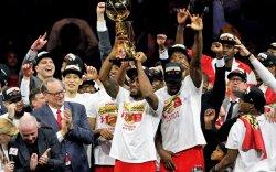 Торонто Рэпторс баг анх удаагаа NBA-ийн аваргын цомыг хүртлээ