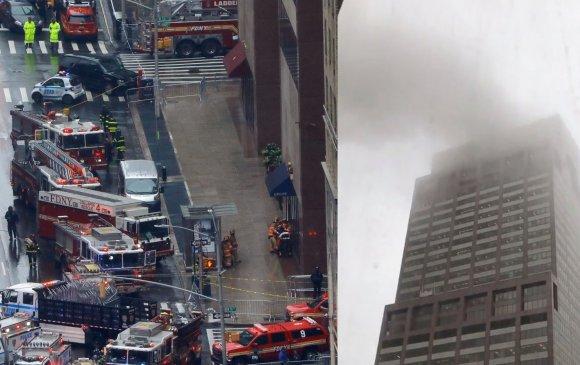 Нью-Йоркт тэнгэр баганадсан барилгын дээр нисдэг тэрэг осолджээ