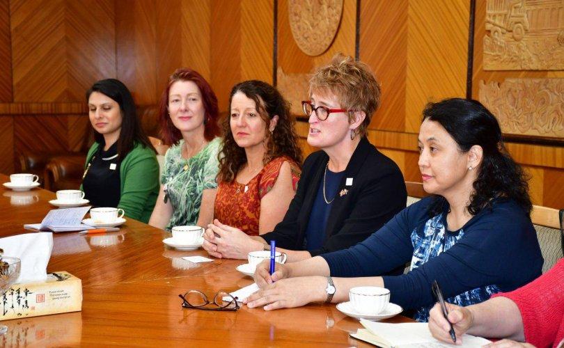 Австрали Улсын Роял Вумэнс эмнэлгийн эх барих, эмэгтэйчүүдийн эмч нартай уулзав