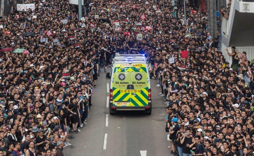Хонгконгийн 2 сая жагсагч түргэний машинд зам тавьж өгөв