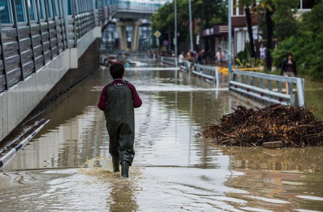 Энэтхэгт долоон хүүхэд борооны ус зайлуулах сувагт живжээ