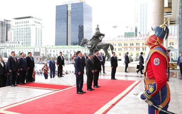 Жанжин Д.Сүхбаатарын хөшөөнд цэцэг өргөж, Эзэн Чингис хааны хөшөөнд хүндэтгэл үзүүллээ