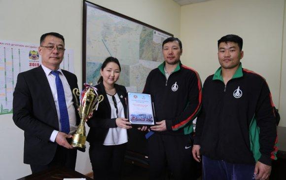 """Хан-Уул дүүргийн ИТХ-ын ажлын албанд """"Улаанбаатар-марафон-2019"""" цом ирлээ"""