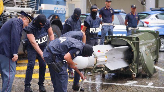 Италид иргэдийн гар дээрээс пуужин хураан авчээ