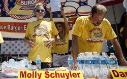 Молли Скюлер бүсгүй 10 минутад 32 ширхэг бургер иджээ