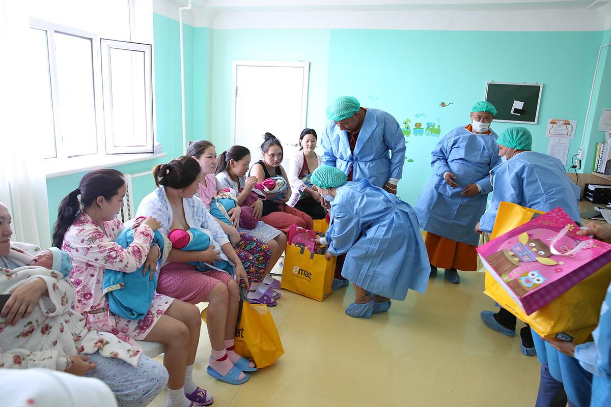 1R6A7142 Дээрхийн гэгээнтэний мэлмий гийсэн өдөр мэндэлсэн 100 гаруй хүүхдүүдэд бэлэг өгч баярлуулжээ