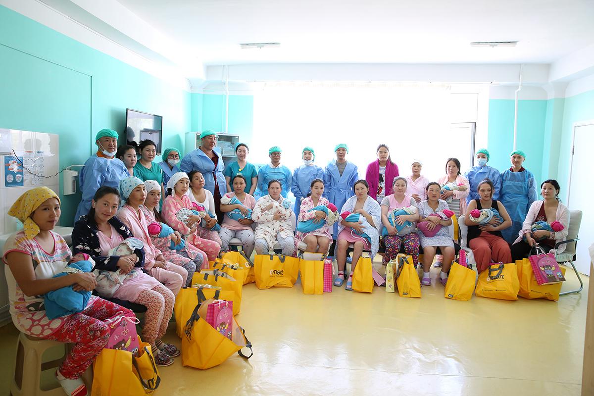 1R6A7162 Дээрхийн гэгээнтэний мэлмий гийсэн өдөр мэндэлсэн 100 гаруй хүүхдүүдэд бэлэг өгч баярлуулжээ