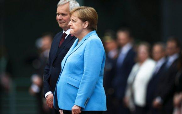 Ангела Меркель гурав дахь удаагаа чичирчээ