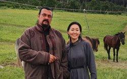 Стивен Сигал гэргийтэйгээ Монголд наадамлажээ