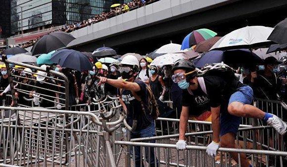 Хонконгийн цагдаа 44 жагсагчид ял тулгажээ