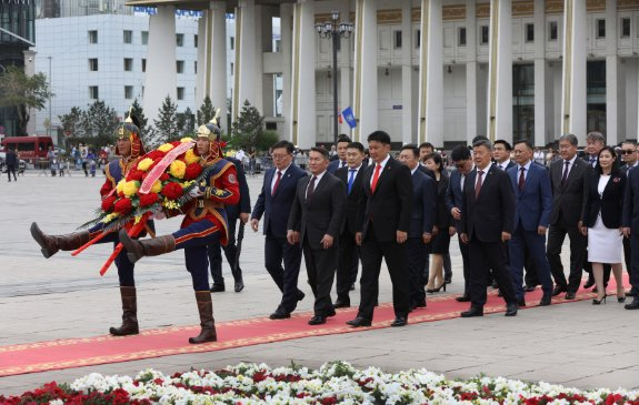 Х.Баттулга Д.Сүхбаатарын хөшөөнд цэцэг өргөж, Чингис хааны хөшөөнд хүндэтгэл үзүүллээ