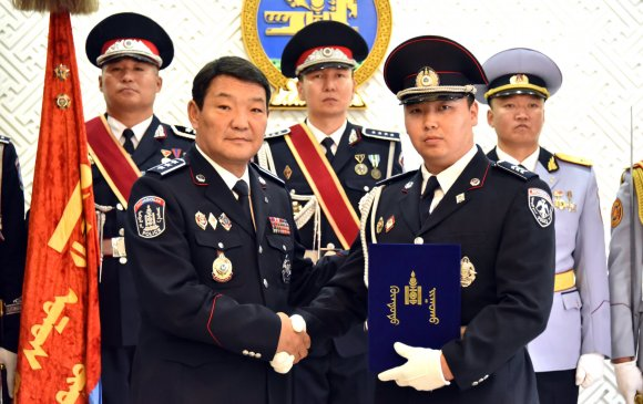 Цагдаа, дотоодын цэргийн алба хаагчдад цол, шагнал гардуулав