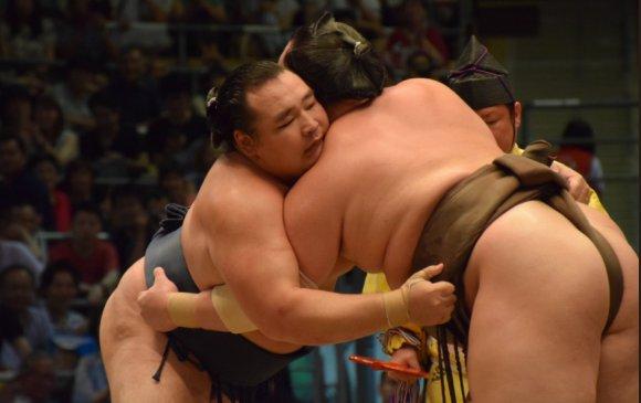 Какүрюү М.Ананд унаж, Такакейшо тэргүүлж эхлэв