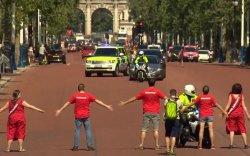 Британичууд Ерөнхий сайдынхаа машины цувааг хааж зогсов