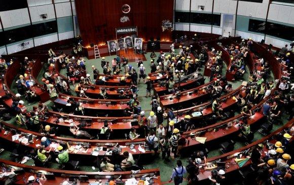 Хонгконгийн тэмцэгчид парламентын ордныг эзэлжээ
