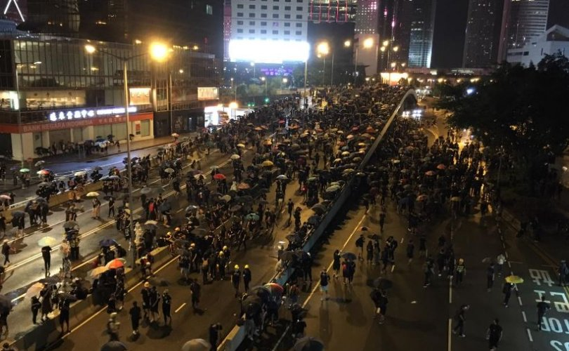 Хонконгод эсэргүүцлийн жагсаалд 1.7 сая хүн оролцжээ