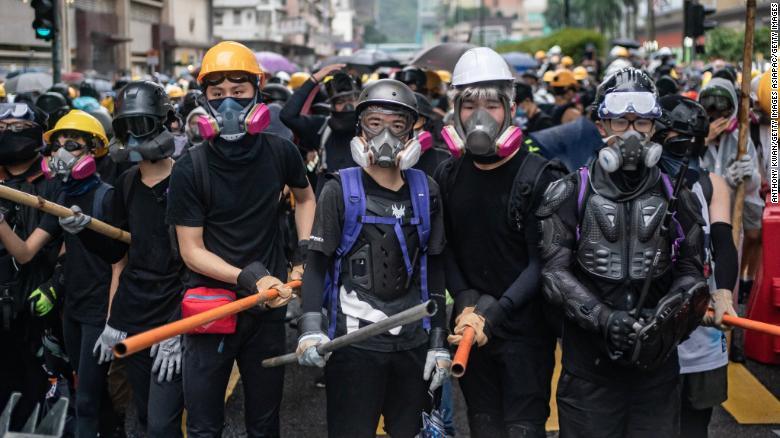 Хонконг: Жагсагчдын эсрэг даралттай ус хэрэглэв