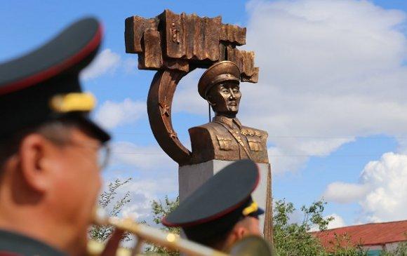 БНМАУ-ын баатар Ш.Гонгорын хөшөөний нээлт болов