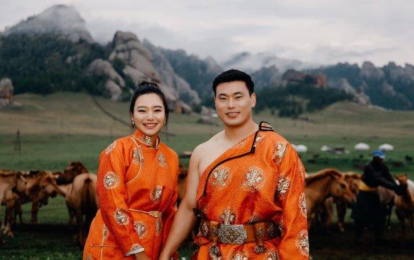 Монгол дээлээр гоёсон Солонгос хос