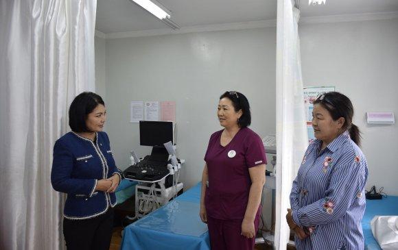 Б.Саранчимэг гишүүнтойргийнхоо өрхийн эмнэлгүүдэд тоног төхөөрөмжүүд хүлээлгэн өглөө