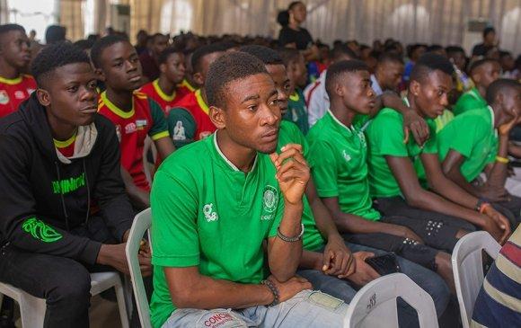 Монголд мөрөөдөлтэйгөө түгжигдсэн африк хөлбөмбөгч