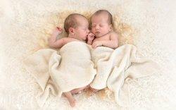 Хоёр савтай эмэгтэй 2 сарын зайтай ихэр хүүхэд төрүүлжээ
