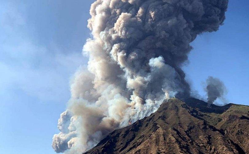 Сицилийн арлаас холгүй галт уул дэлбэрч, халуун лав урсаж байна