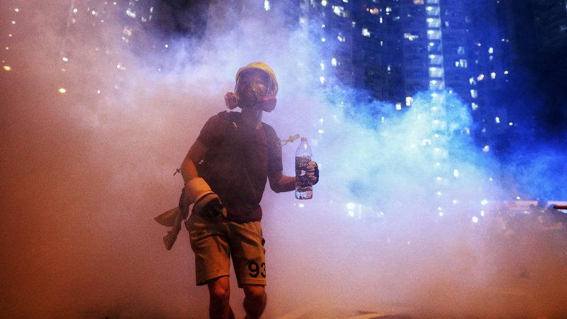 Хонконгийн жагсагчид цагдаагийн газар руу дайрчээ