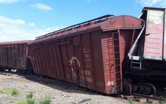 Гурван вагон замаас бүрэн гарч, дөрвөн вагоны дугуй замаас мултарчээ