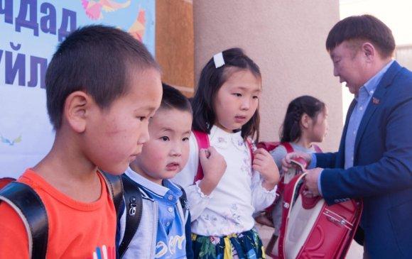Зорилтот бүлгийн хүүхдүүдийг цүнх, хичээлийн хэрэгслээр хангав