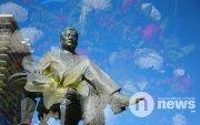 ФОТО: БНМАУ-ын баатар, маршал Ю.Цэдэнбалын хөшөөнд цэцэг өргөлөө