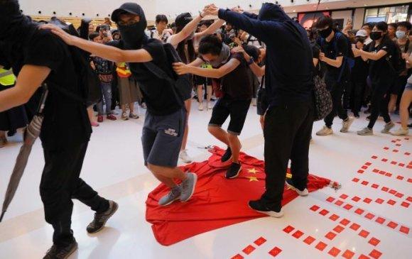 Хонгконгод жагсаалд оролцсон 13 настай охиныг баривчилжээ