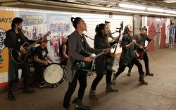 """""""The Hu"""" хамтлаг Нью-Йоркийн метроны буудал дээр тоглов"""