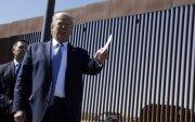 Трамп Мексиктэй залгаа хил дагуу босгосон хана дээр гарын үсгээ зурав