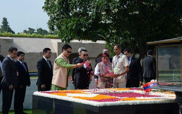 Ерөнхийлөгч Х.Баттулга Раж Гат цогцолборт цэцэг өргөж, хүндэтгэл үзүүллээ