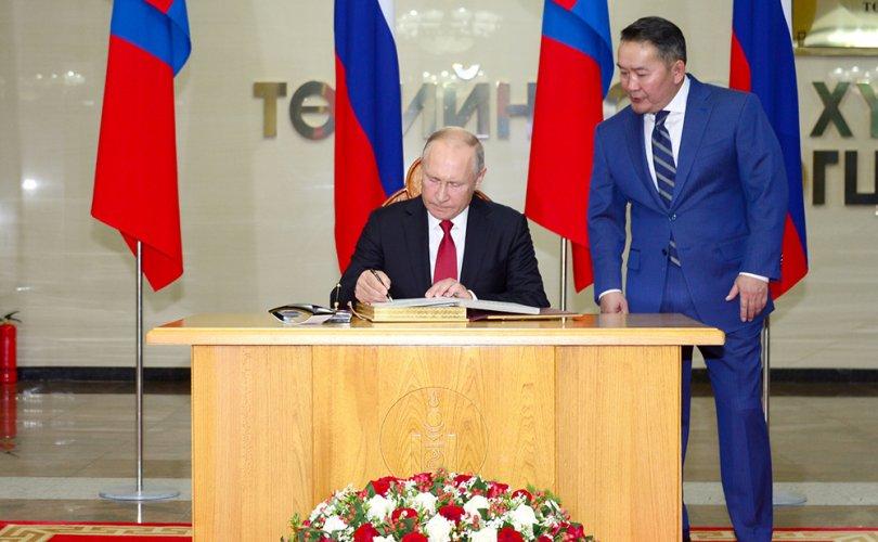 В.В.Путин хүндэт зочны дэвтэрт гарын зурж, дурсгалын зураг татууллаа
