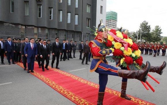 Монгол Улсын Ерөнхийлөгч Х.Баттулга Хэлмэгдэгсдийн хөшөөнд цэцэг өргөж, хүндэтгэл үзүүллээ