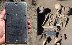 """2100 жилийн өмнөх булшнаас олдсон """"iPhone"""""""