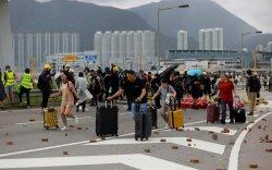 Хонгконгийн тэмцэгчид нисэх буудлын замыг хаажээ