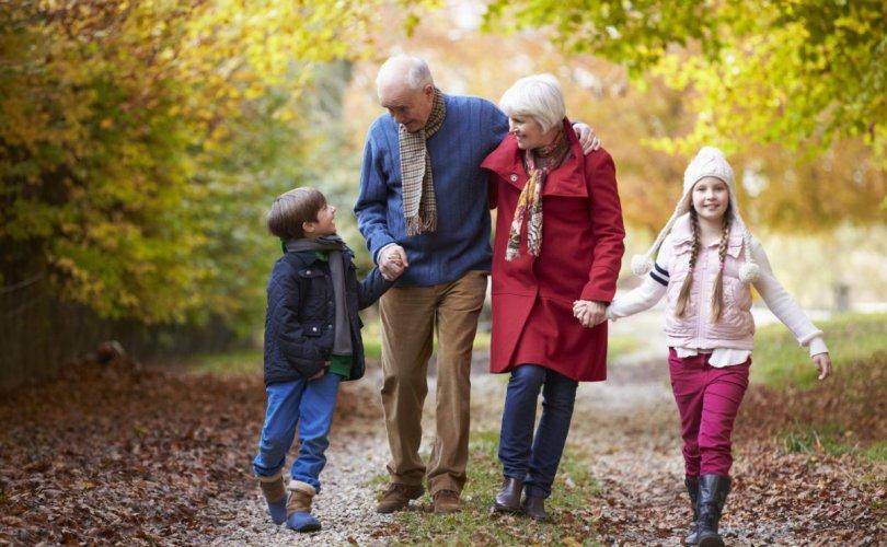 Өвөө, эмээ нар ач нараа харахыг хүсч байна
