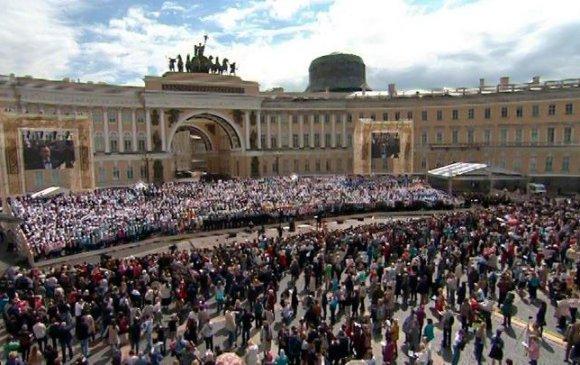 Петербург хотод 20000 хүн төрийн дууллаа дуулжээ
