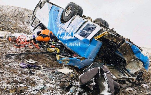 Автобусны тормоз ажиллагаагүй болсноос осол гарч, долоон хүн нас баржээ