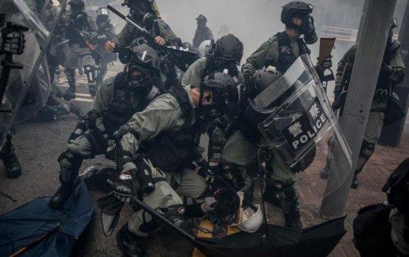 Хонконгийн цагдаа нар жагсагчдын эсрэг гал нээв