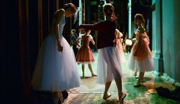 Хөшигний ар дахь балетчдын амьдрал