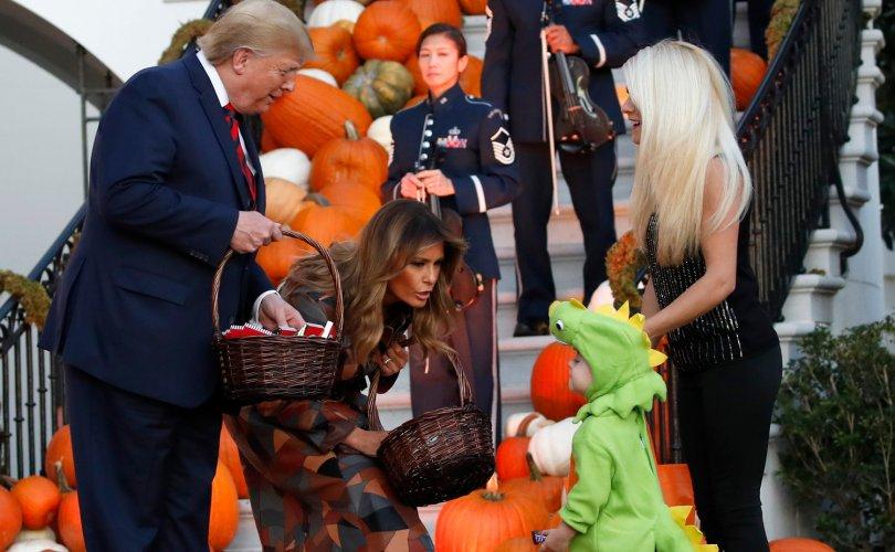 ФОТО: Трамп Цагаан ордон Халлоуинээр