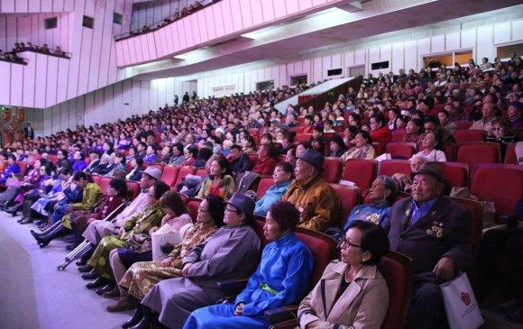 Төлөөлөгч Э.Бат-Амгалан Баянзүрх дүүргийн ахмадуудад хүндэтгэл үзүүлэв